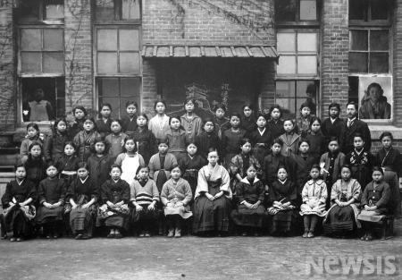韓国のチマ・チョゴリのルーツは、日本の女学生の羽織袴姿にあり!_e0171614_19382831.jpg