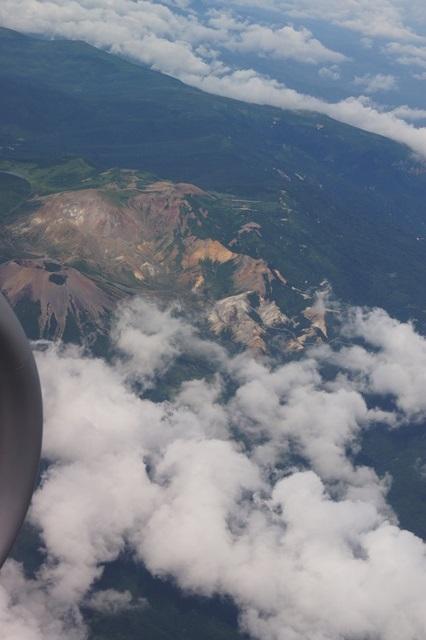 藤田八束の全日空の旅:蔵王の夏、美しい蔵王のお釜を飛行機から・・・_d0181492_75272.jpg