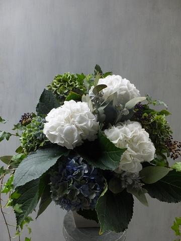 オークリーフ(紫陽花と、ユーカリとティヌスの実のアレンジメント)_f0049672_15503444.jpg