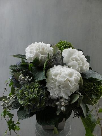 オークリーフ(紫陽花と、ユーカリとティヌスの実のアレンジメント)_f0049672_15505120.jpg