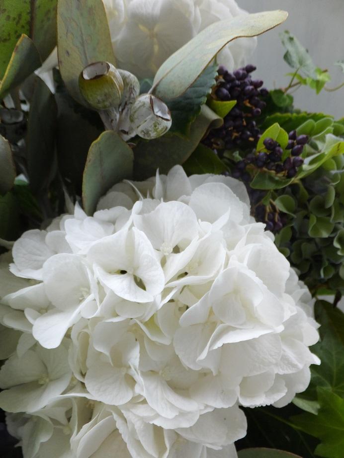オークリーフ(紫陽花と、ユーカリとティヌスの実のアレンジメント)_f0049672_1550680.jpg
