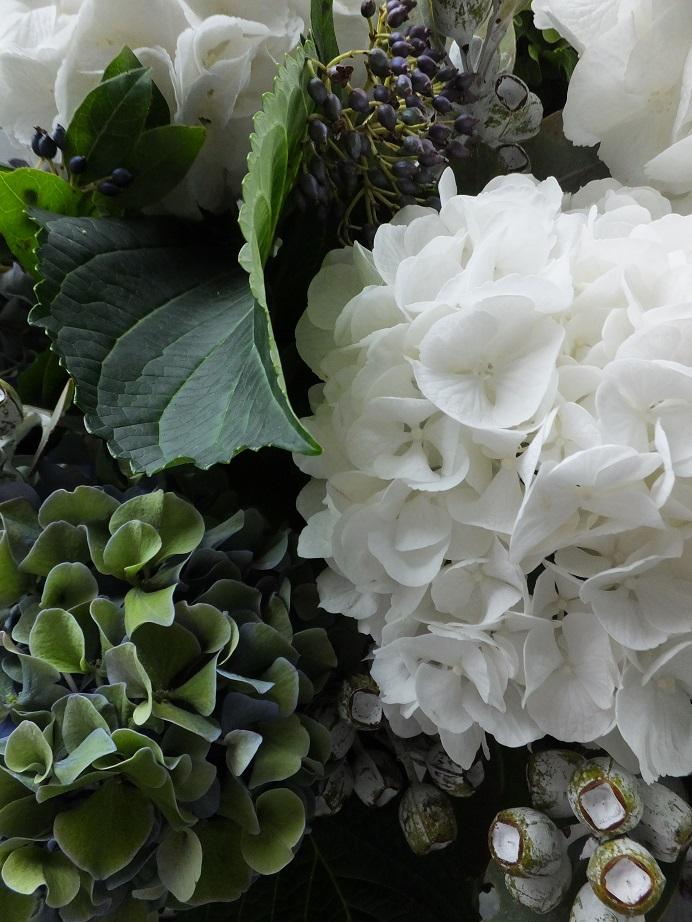 オークリーフ(紫陽花と、ユーカリとティヌスの実のアレンジメント)_f0049672_1551163.jpg