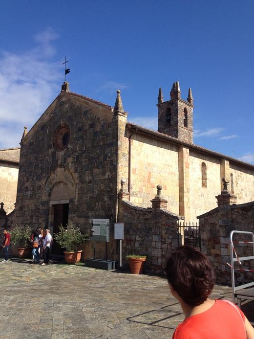 モンテリッジョーニのロマネスク教会_a0136671_0242133.jpg