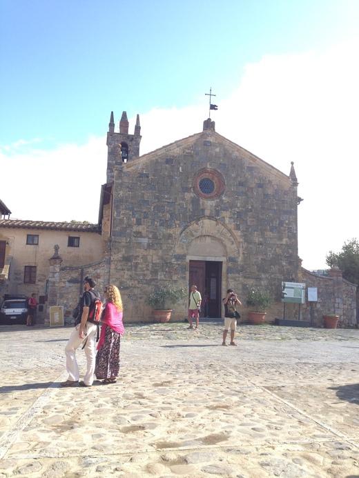 モンテリッジョーニのロマネスク教会_a0136671_0274819.jpg