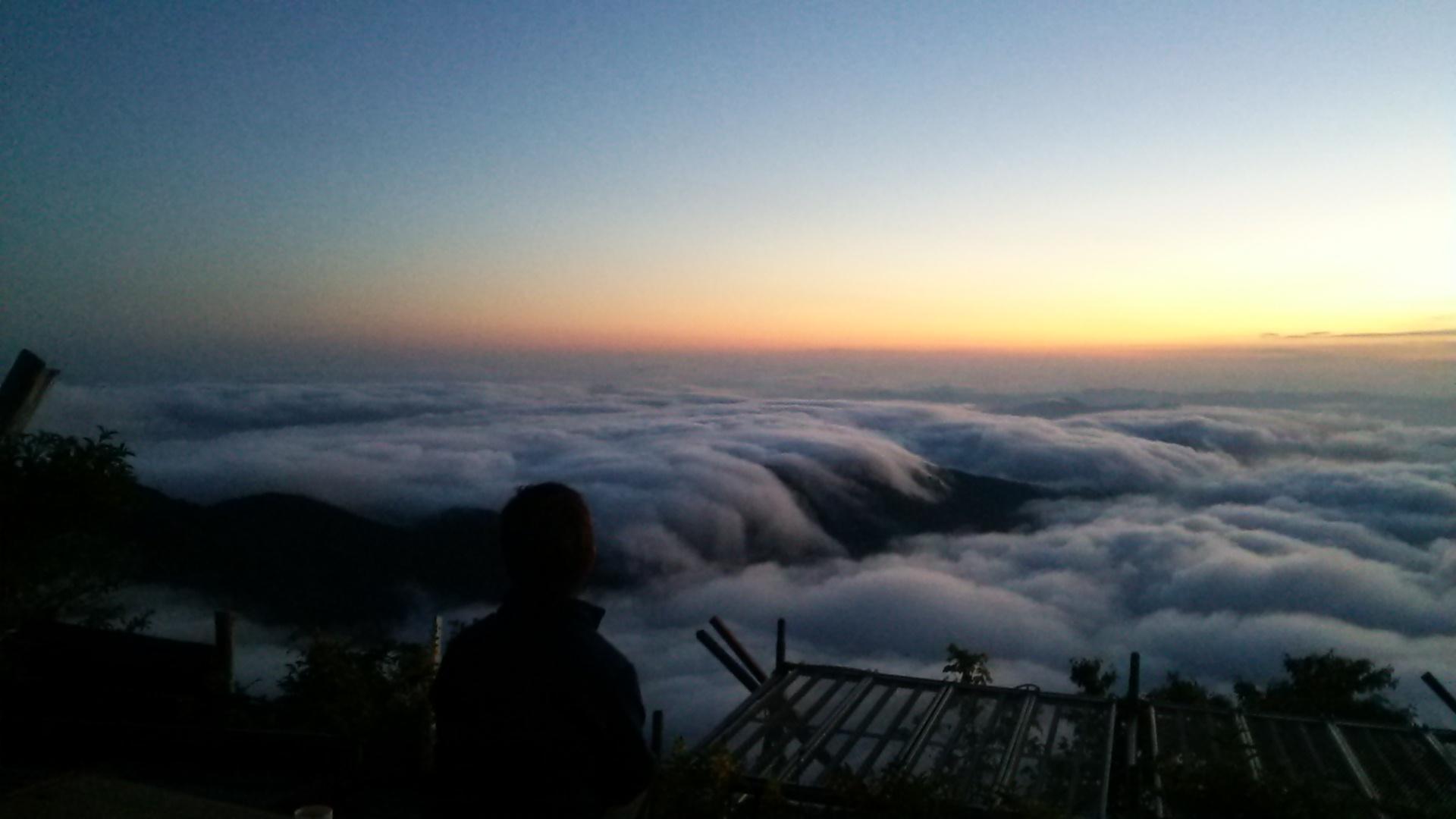 8月27日 朝の気温 11℃。どんどん気温が下がります。今朝は滝雲のおまけつき雲海。_c0089831_10373060.jpg