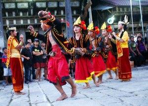 インドネシア・ニアス島:伝統舞踊で防災活動 地震多発の北スマトラで_a0054926_653136.jpg