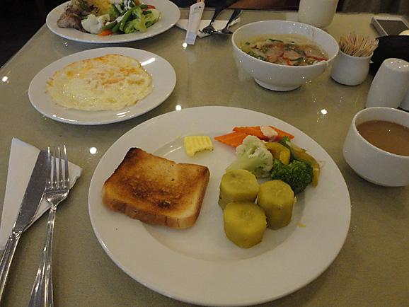 ホーチミン その5 朝食とサイゴン大教会&中央郵便局_e0230011_1754416.jpg