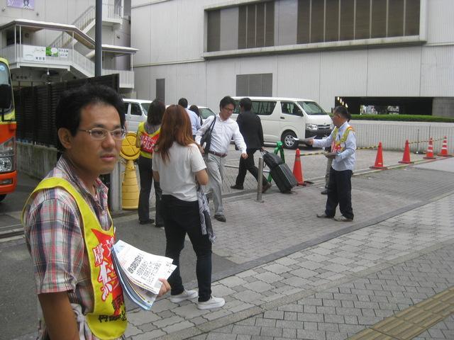 9月3日、岡山駅東口ホテルグランヴィア前で星野文昭絵画展ビラを配りました_d0155415_1453283.jpg