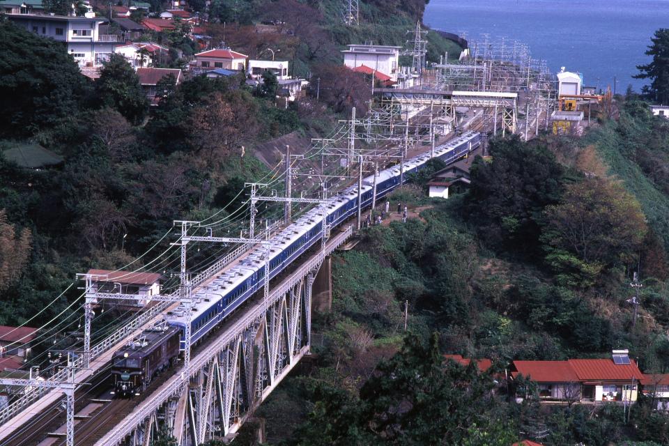 青い客車と青い海 - 1982年・根府川鉄橋 -   _b0190710_22364567.jpg