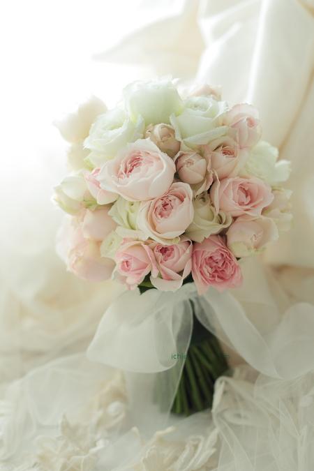 クラッチブーケ 明治記念館さまへ 白とピンクのバラで_a0042928_20495648.jpg