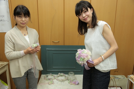 クラッチブーケ 明治記念館さまへ 白とピンクのバラで_a0042928_11342143.jpg