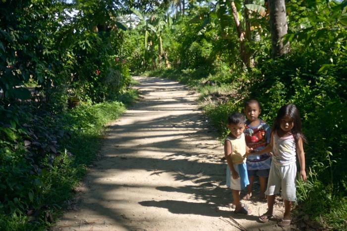 A path with Filipino children_e0202828_13333575.jpg