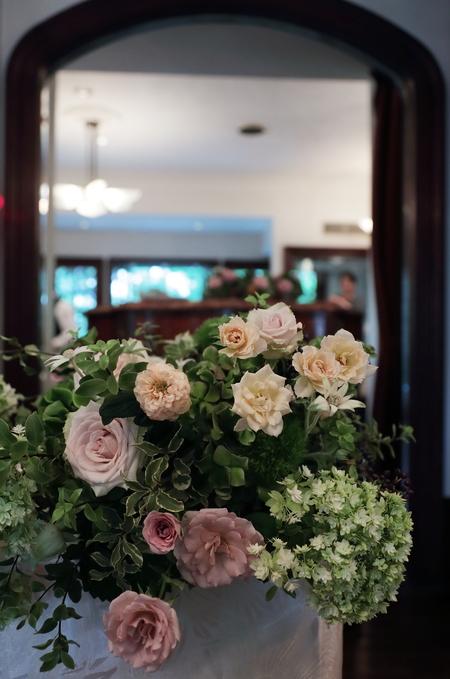 秋の装花 シェ松尾松濤レストラン様へ バラのウェルカムリースとミモザアカシアのアーチ風 _a0042928_21325176.jpg