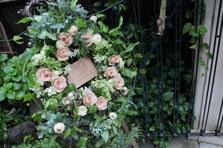 秋の装花 シェ松尾松濤レストラン様へ バラのウェルカムリースとミモザアカシアのアーチ風 _a0042928_21342828.jpg