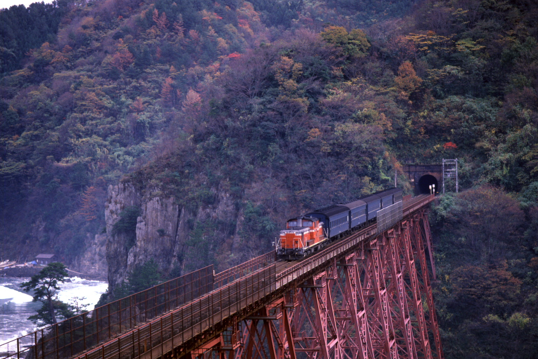 紅葉の余部鉄橋に赤い機関車と青い客車 - 1984年・山陰本線 -   _b0190710_2175985.jpg