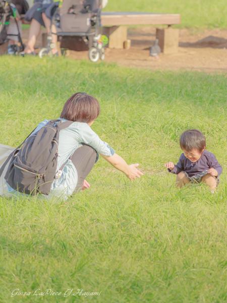 子供のいる風景 芝生で泣く子_b0133053_0262297.jpg