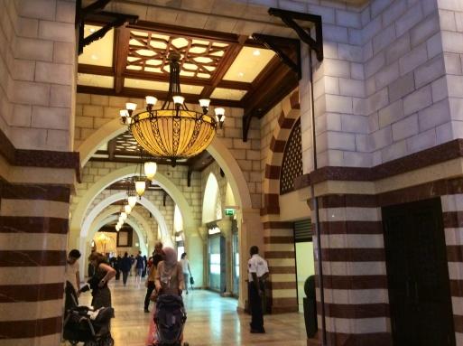 Dubai mallは意外に面白い_b0210699_00355133.jpg