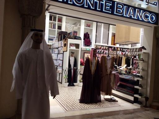 Dubai mallは意外に面白い_b0210699_00375102.jpg