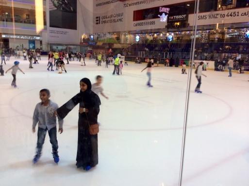 Dubai mallは意外に面白い_b0210699_00384680.jpg