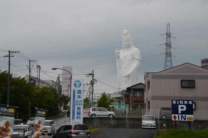 これはヤバイ!住宅街の景観をぶち壊す高さ100mの巨大観音・仙台大観音_e0171573_21443450.jpg