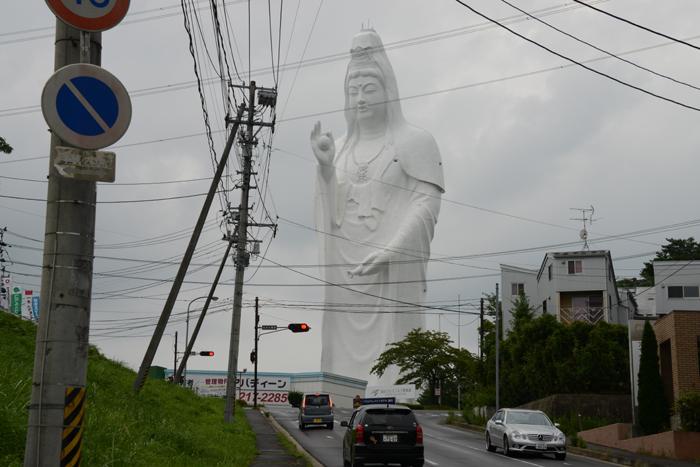 これはヤバイ!住宅街の景観をぶち壊す高さ100mの巨大観音・仙台大観音_e0171573_21444092.jpg