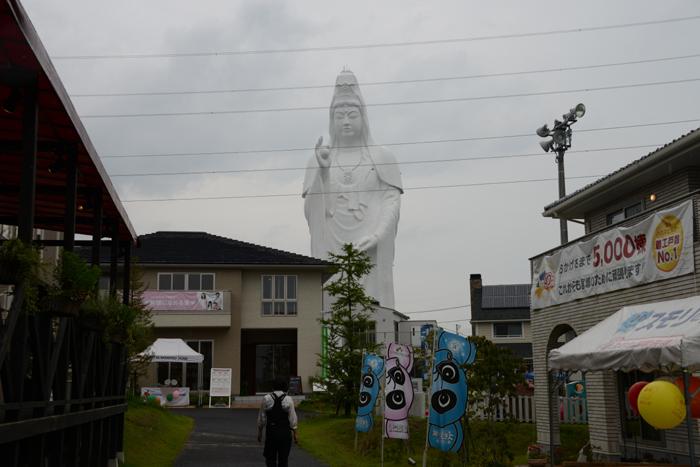 これはヤバイ!住宅街の景観をぶち壊す高さ100mの巨大観音・仙台大観音_e0171573_21451297.jpg