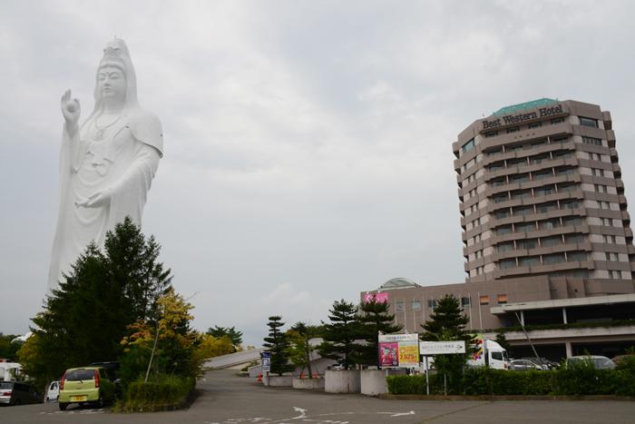 これはヤバイ!住宅街の景観をぶち壊す高さ100mの巨大観音・仙台大観音_e0171573_21451752.jpg