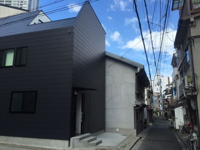 黒いガルバリウム鋼板に包まれた3階建て住宅です。_d0111714_16395597.jpg