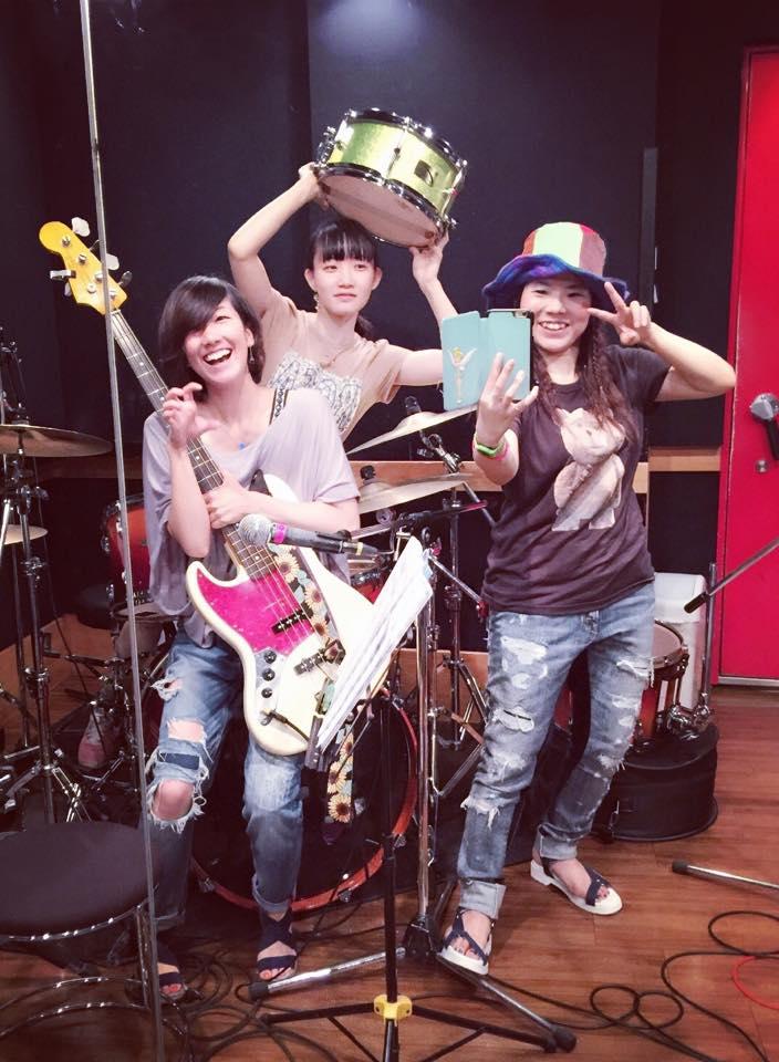 Girls ROCK Trio と 歌と太鼓のおいしい関係 と 神様と。_f0115311_07680.jpg