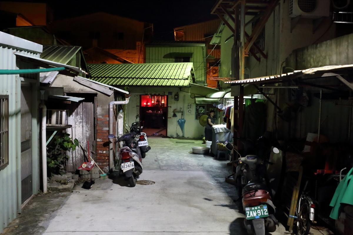 高雄  遊歩道沿いの家々_b0061717_237485.jpg