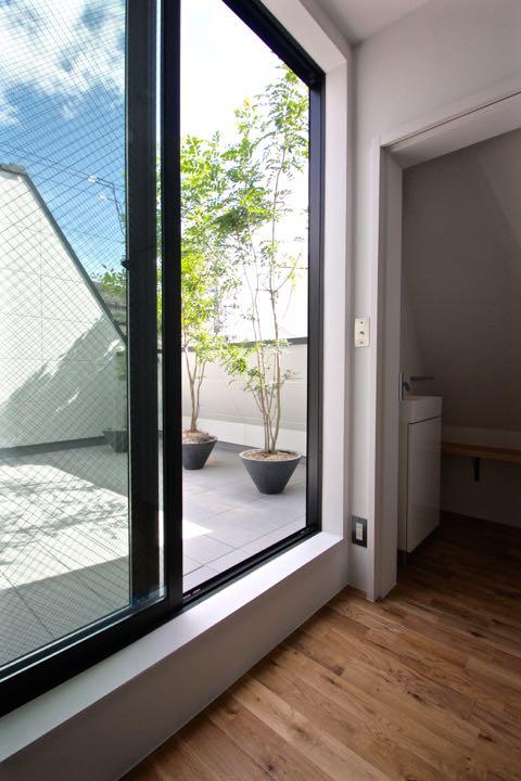 都市型住宅  / 吹き抜けを通して、各階に光を導くことを考え、プランを構成します。_d0111714_19242127.jpg