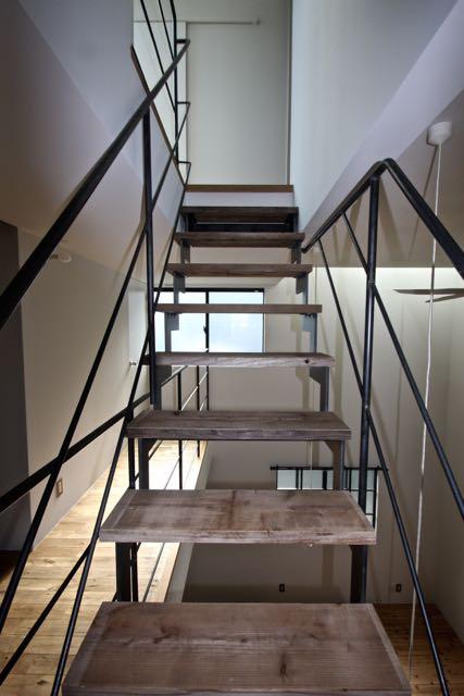 都市型住宅  / 吹き抜けを通して、各階に光を導くことを考え、プランを構成します。_d0111714_1924225.jpg