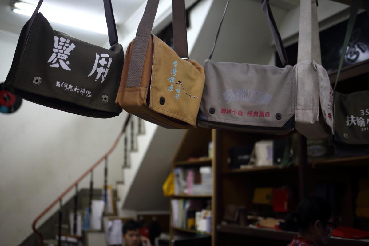 台南  「合成帆布行」のショルダーバッグ_b0061717_059204.jpg