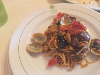 パルマリア島のレストランへ_d0136540_1464427.jpg