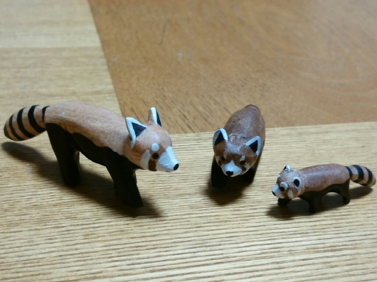 木彫りのレッサーパンダとお猿さん_f0255704_18222589.jpg