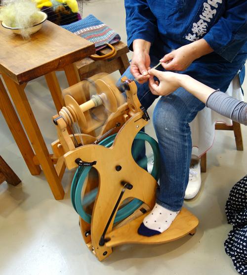 きょうの毛糸〜貴重!『糸』紡ぎ体験ワークショップ。気分は「眠れる森の美女」_a0017350_15275094.jpg