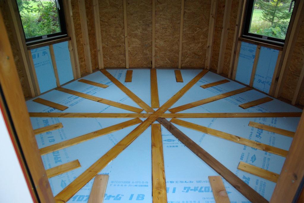 小屋作り・鍵穴と床の断熱材編_a0107184_2174222.jpg