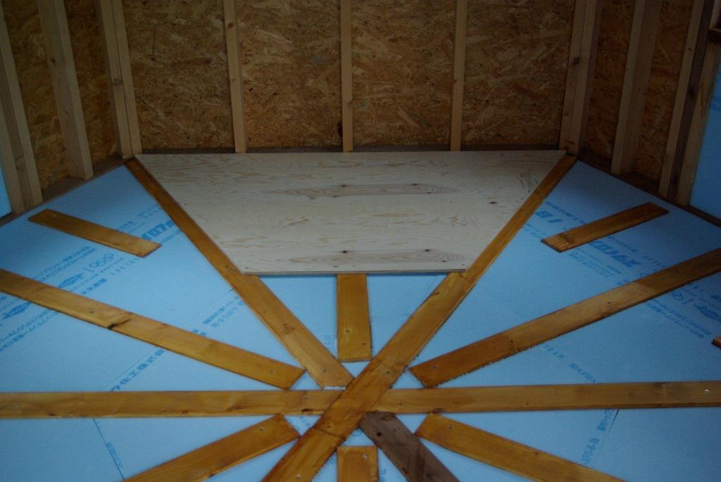 小屋作り・鍵穴と床の断熱材編_a0107184_2182128.jpg