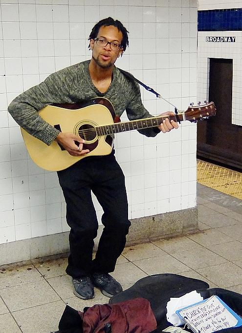NYの地下鉄ホームで見かけたギターの弾き語り_b0007805_22375496.jpg