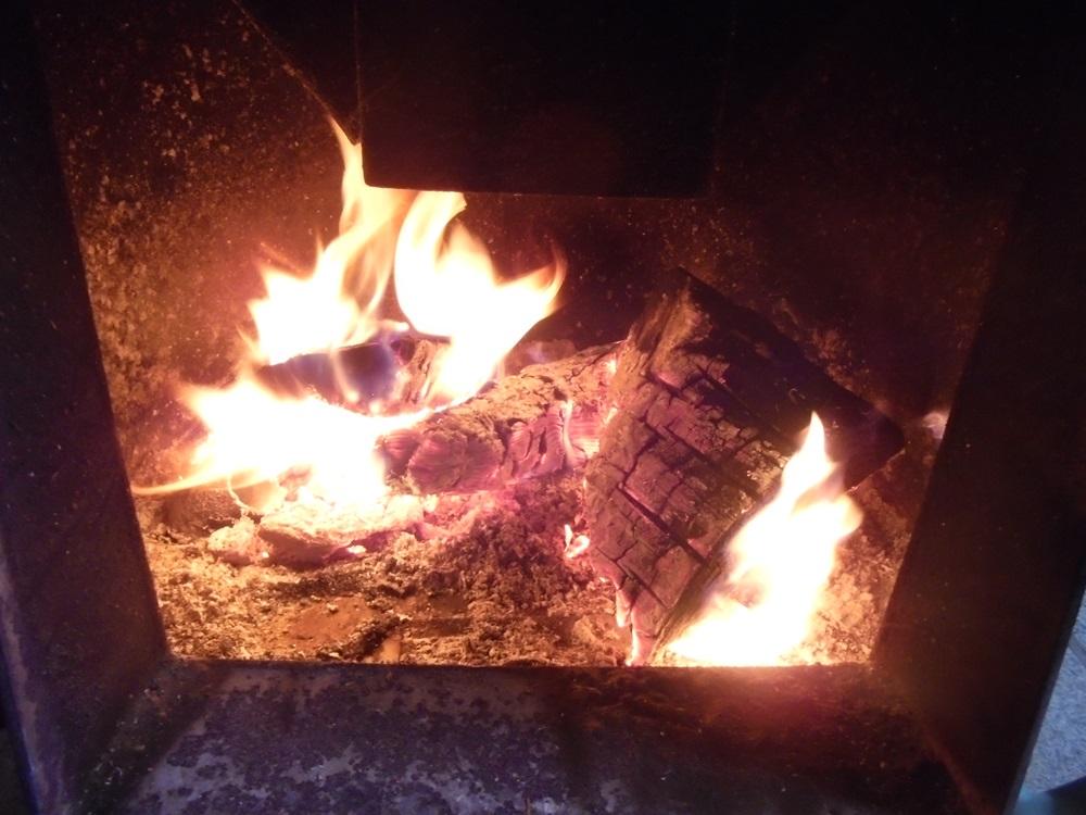 ストーブに火が入りました_c0111229_18121025.jpg