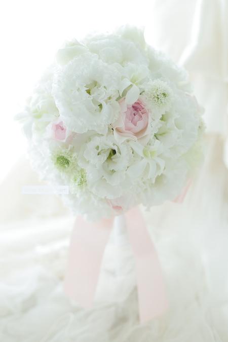 ラウンドブーケ 椿山荘様へ 純白にほんのり淡いピンクをさし色に トルコキキョウと蘭で_a0042928_11452726.jpg