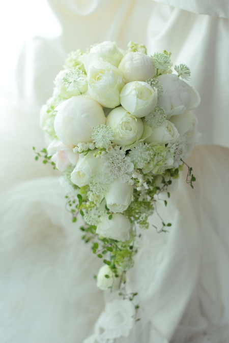 セミキャスケードブーケ 山の上ホテル様へ 芍薬と丸いバラで_a0042928_717593.jpg