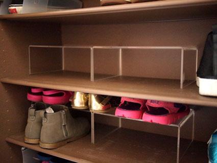 アクリル仕切り板の下の段は高さのある靴。上の段にはサンダルなどの薄い靴