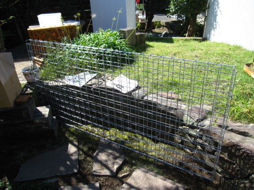 お庭の工事、残すは石貼りのみに。_e0350927_13472069.jpg