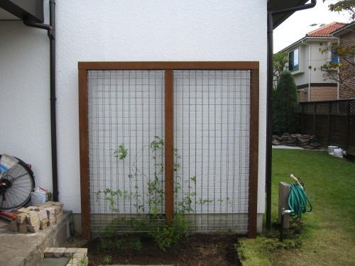 お庭の工事、残すは石貼りのみに。_e0350927_13473041.jpg