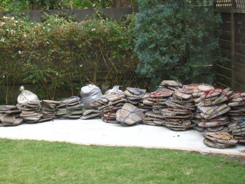 お庭の工事、残すは石貼りのみに。_e0350927_13482058.jpg