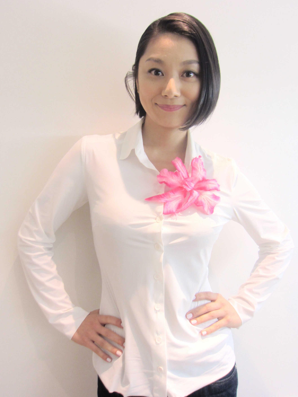 白いシャツを着て爽やかな微笑みの小池栄子