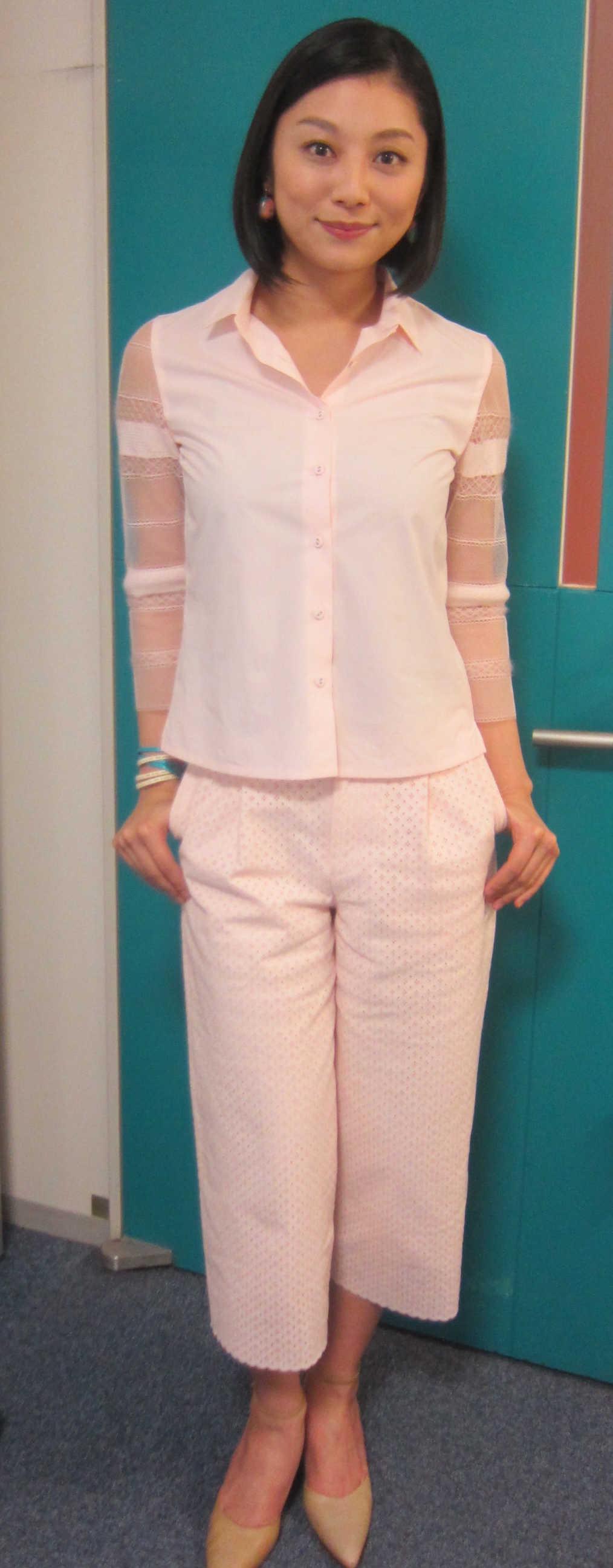 ピンクの爽やかな服を着る小池栄子