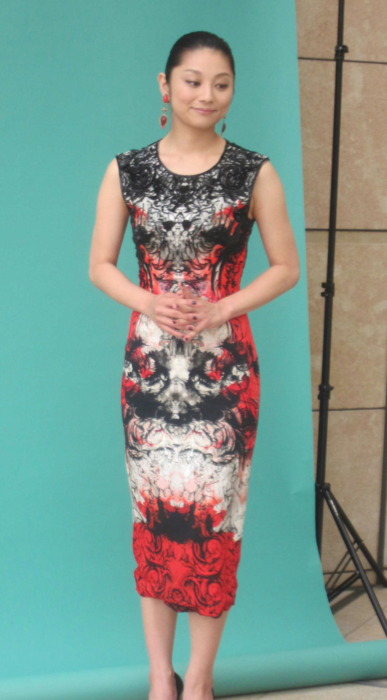 色鮮やかなドレスを着る小池栄子