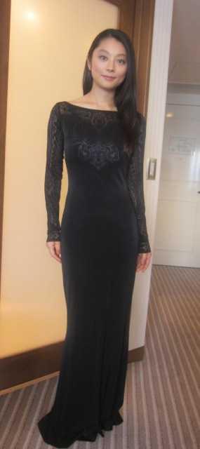 ロングドレスを着る艶やかな小池栄子